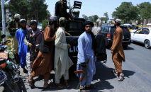 Боевики Талибана патрулируют улицу в Герате, Афганистан. Архивное фото