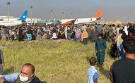 Люди толпятся в аэропорту, ожидая вылета из Кабула. Архивное фото