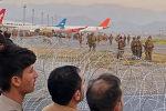 Кабул шаарынын аэропортундагы адамдар. Архив
