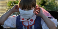 Девочка в защитной маске. Архивное фото