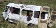 Последствия столкновения Mercedes-Benz Sprinter с грузовым автомобилем Мan на 172-м километре автодороги Бишкек — Нарын — Торугарт в Тонском районе Иссык-Кульской области