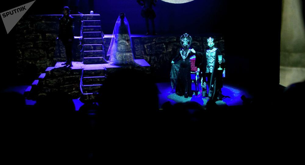 Сцена из спектакля Полоний по пьесе Шекспира Гамлет. Архивное фото