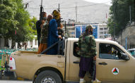 Бойцы Талибана на улице в Кабуле. Архивное фото