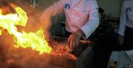 Повар во время готовки еды. Архивное фото