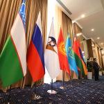 Чолпон-Атада өткөн Евразиялык өкмөттөр аралык кеңешинин жыйынында ЕАЭБ, ошондой эле байкоочу (Өзбекстан, Куба) өлкөлөрдүн желектери