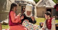 Sputnik Кыргызстан агенттиги Кийиз дүйнө коомдук фонду менен биргеликте Эгемендүүлүктүн 30 жылдыгына карата кыргыздын нукура жашоосун чагылдырган өзгөчө видеолорду сунуштайт.