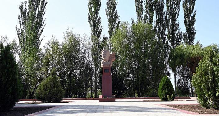 Памятник выдающемуся государственному деятелю Жусупу Абдрахманову, установленный в его родовом селе Жаркынбаево Иссык-Кульского района. 21 августа 2021 года