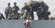 Кабулда тосмодон наристени өткөрүп алган аскерлер