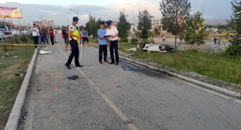 Бишкекте Porsche Boxster автоунаасы 31 жаштагы айдоочусу жол жээгиндеги бордюр менен мамычаны сүзүп көз жумду