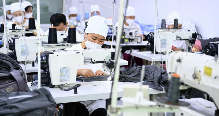 Работники швейной фабрики в Тюпском районе Иссык-Кульской области
