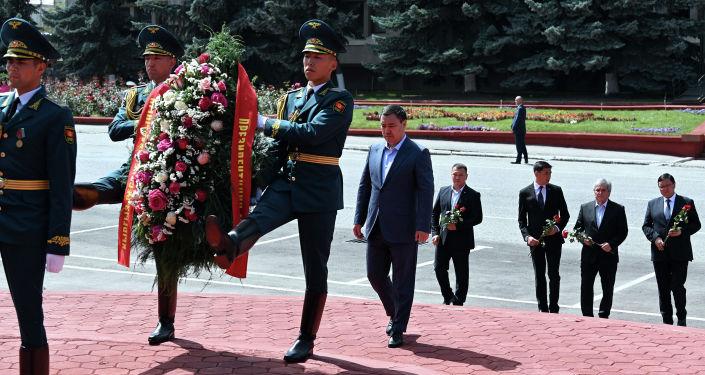 Президент Кыргызской Республики Садыр Жапаров возложил цветы к памятнику выдающемуся государственному деятелю Жусупу Абдрахманову в Караколе. 21 августа 2021 года