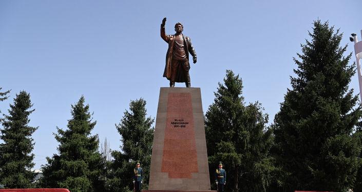 Памятник выдающемуся государственному деятелю Жусупу Абдрахманову в Караколе. 21 августа 2021 года
