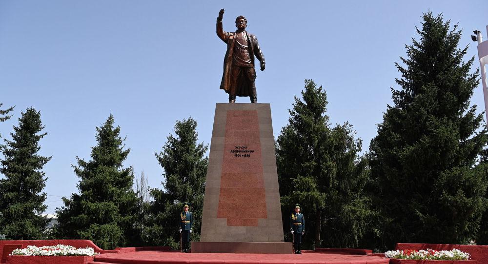 Памятник выдающемуся государственному деятелю Жусупу Абдрахманову в Караколе. Архивное фото