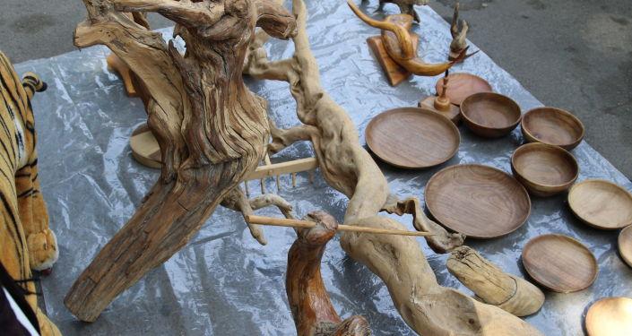 Изделия на фестивале мастеров и дизайнеров Золотая долина в городе Джалал-Абад