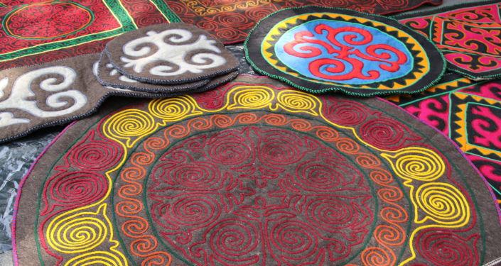 Изделия из войлока на фестивале мастеров и дизайнеров Золотая долина в городе Джалал-Абад