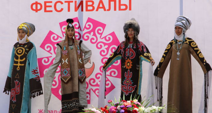 Девушки в национальных одеждах на фестивале мастеров и дизайнеров Золотая долина в городе Джалал-Абад