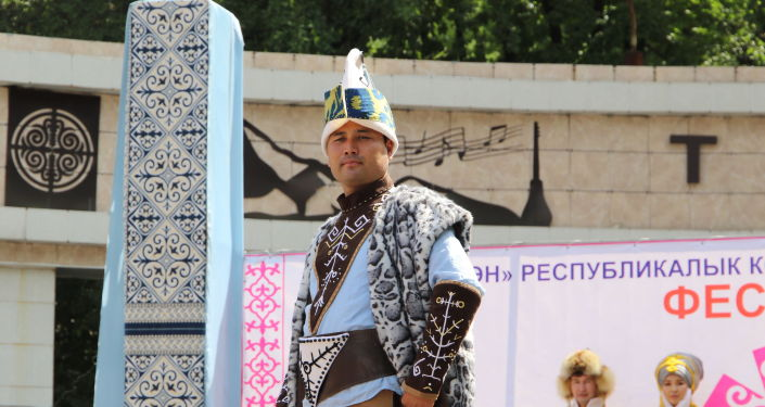 Мужчина в национальной одежде на фестивале мастеров и дизайнеров Золотая долина в городе Джалал-Абад