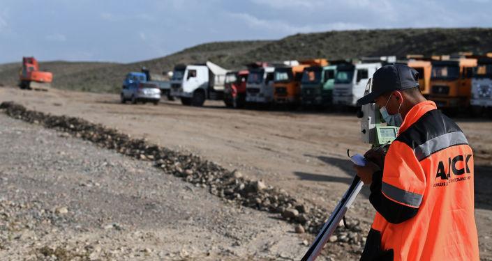 Рабочий на участке автодороги Балыкчы-Барскоон, где ведется реконструкция
