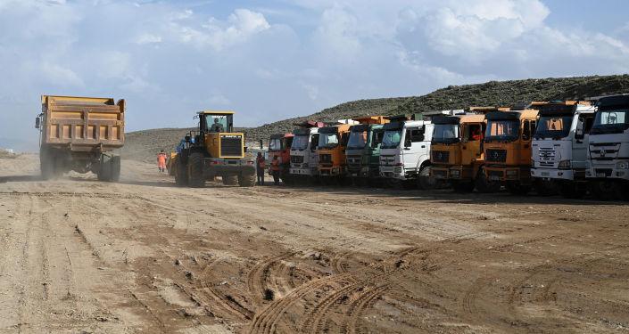 Грузовики на участке автодороги Балыкчы-Барскоон, где ведется реконструкция