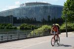 Страсбург шаарындагы велосипедчен киши. Архивдик сүрөт