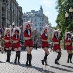 Танцевальная группа выступает на Арбате в Москве (Россия)