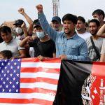 Участники акции протеста беженцев из Афганистана у здания посольства США в Бишкеке