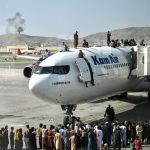 Афганцы забираются на самолет в кабульском аэропорту. 16 августа 2021 года
