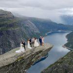 Молодожены во время свадебной фотосессии на утесе Троллтунга в Норвегии. 14 августа 2021 года
