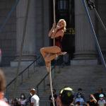 Акробатка выступает на фестивале Summer street в Нью-Йорке, США. 14 августа 2021 года