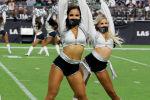 Девушки из группы поддержки Las Vegas Raiderettes выступают во время предсезонной игры против Seattle Seahawks