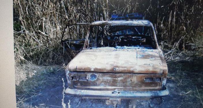 Автомобиль подозреваемого в убийстве, который сжег свою машину среди камышей в селе Жаны-Пахта.