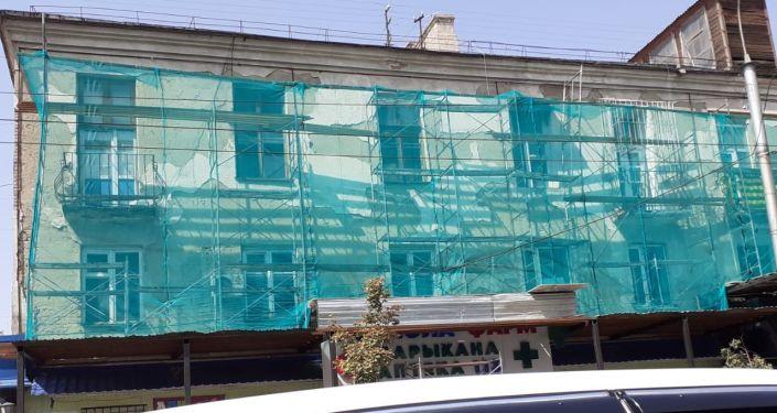 Фасад многоквартирного жилого дома по улице Киевской в Бишкеке во время ремонта