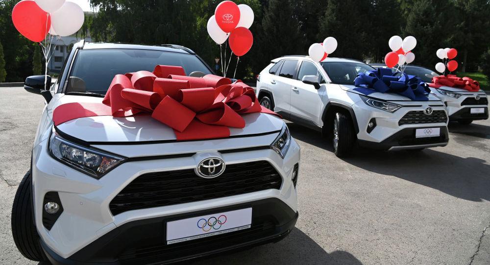 Олимпиада оюндарында медаль алган спортчуларга берилген Toyota Rav 4 автоунаалар