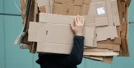 Мужчина несет картонные коробки. Архивное фото