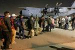 Люди в очереди на посадку во французский военно-транспортный самолет в аэропорту Кабула