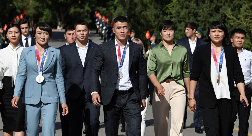 Серебряные медалисты Акжол Махмудов и Айсулуу Тыныбекова, бронзовая медалистка Мээрим Жуманазарова и другие участники Олимпийских игр в Токио