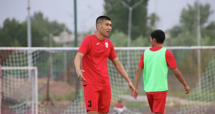 Защитник сборной Кыргызстана Тамирлан Козубаев по футболу во время учебно-тренировочных сборов. 24 августа 2021 года
