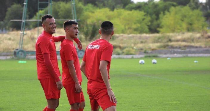 Нападающий Турсунали Рустамов, защитники Авазбек Откеев и Тамирлан Козубаев сборной Кыргызстана по футболу, во время учебно-тренировочных сборов. 24 августа 2021 года