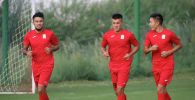 Полузащитники сборной Кыргызстана по футболу Алмазбек Маликов и Эльдар Молдожунусов во время учебно-тренировочных сборов. 24 августа 2021 года