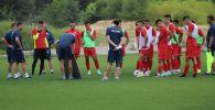 Члены сборной Кыргызстана по футболу во время тренировочных сборов