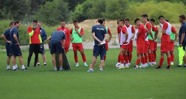 Члены сборной Кыргызстана по футболу во время учебно-тренировочных сборов. 24 августа 2021 года