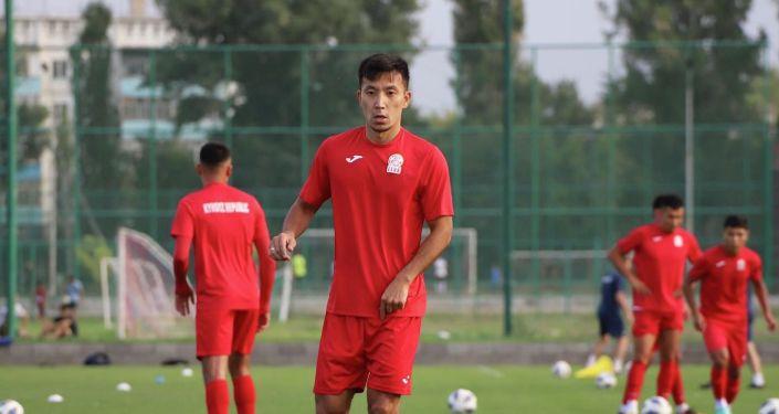 Полузащитник сборной Кыргызстана по футболу Фархат Мусабеков во время учебно-тренировочных сборов. 24 августа 2021 года