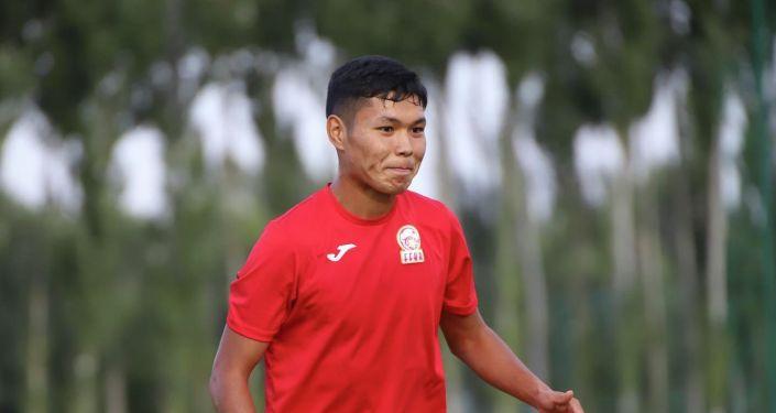 Член сборной Кыргызстана по футболу во время учебно-тренировочных сборов. 24 августа 2021 года