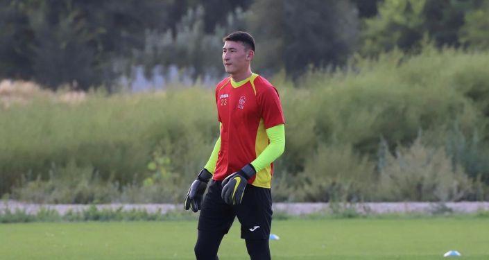 Вратарь сборной Кыргызстана по футболу Эржан Токотаев во время учебно-тренировочных сборов. 24 августа 2021 года