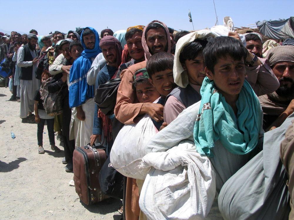 Кайда качарын билбей, үй-жайынан безген афганистандык балдар, өспүрүмдөр жана чоңдор чек арага жакын тилкеге топтолду