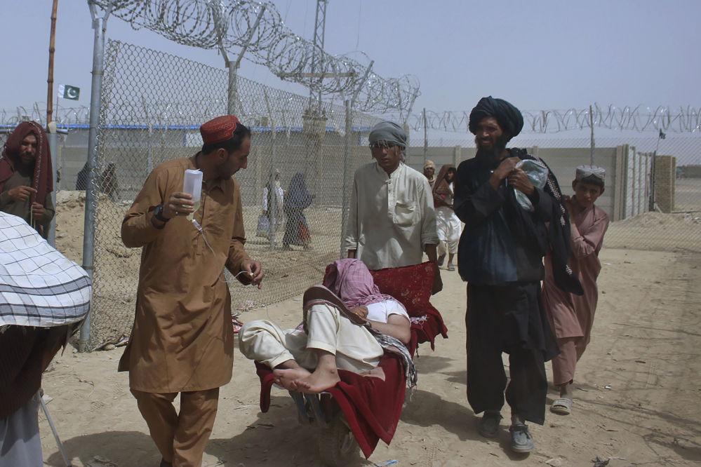 Афганистандагы режим алмашкандан кийин качкындардын саны кескин көбөйдү. Дарыны тамчылатма жолу менен алып бара жаткан афгандык киши.