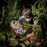 Чоочун, бирок курал атылбаган жерде бейкапар уктап жаткан бөбөк. Түркиянын Татван айылына келген афганистандык мигрант.