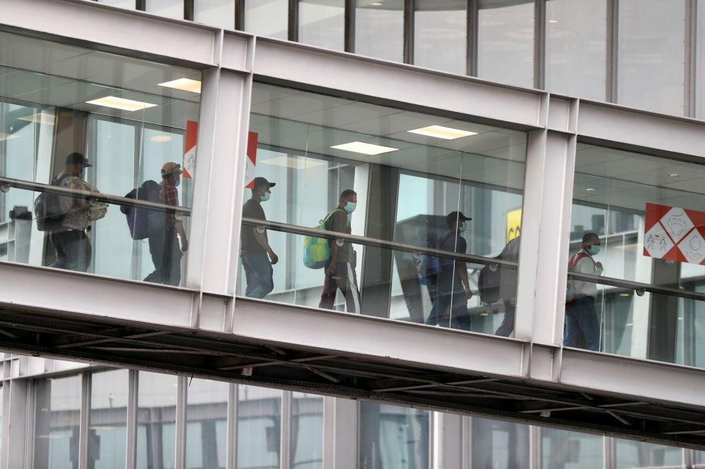 Афганистандан эвакуациялангандар Руасси-Шарль-де-Голль (Франция) аба майданына келип түшкөн учур