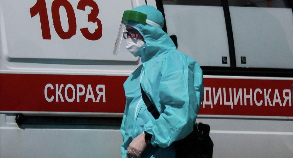 Медицинский специалист у машины скорой помощи. Архивное фото