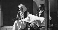 СССРдин эл артисти, белгилүү актриса Даркүл Күйүкова менен театр жылдызы Бакен Кыдыкееванын сүрөтү 1979-жылы Фрунзе шаарында